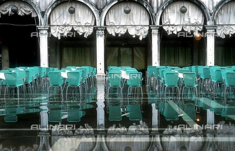 ULL-S-000110-5643 - Un caffè all'aperto durante l'acqua alta in Piazza San Marco, Venezia - Data dello scatto: 05/2004 - Mayall / Ullstein Bild / Archivi Alinari