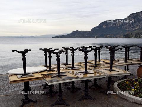 ULL-S-000110-9764 - Tavoli di un bar impilati sul lungo lago del Lago di Garda - Data dello scatto: 18/11/2008 - Mayall / Ullstein Bild / Archivi Alinari