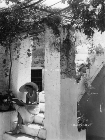 ULL-S-000117-2862 - A woman draws while sitting on the steps of a house, Casamicciola Terme; a photograph published on Das Blatt der Hausfrau 18/1936 - Data dello scatto: 07/1936 - Pragher / Ullstein Bild / Alinari Archives