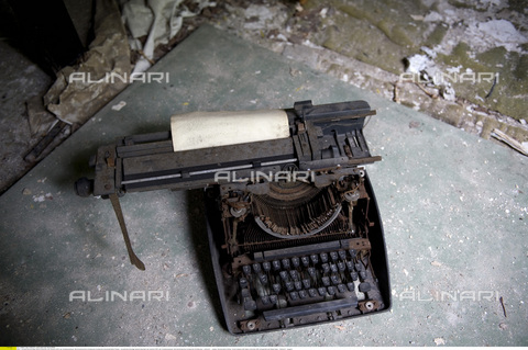 ULL-S-000118-8647 - Old typewriter with Arabic letters in the former Iraqi embassy in Berlin - Date of photography: 18/08/2010 - Ullstein Bild / Alinari Archives, Boness/IPON