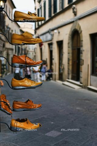 ULL-S-000121-3491 - Scarpe esposte in una via di Montepulciano, Siena - Data dello scatto: 17/09/2010 - Mayall / Ullstein Bild / Archivi Alinari