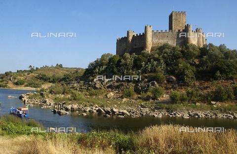 ULL-S-000242-6476 - Castello dei Templari di Almourol con il fiume Tago dintorni di Vila Nova da Barquinha, distretto di Santarem, Portogallo - Schlemmer / Ullstein Bild / Alinari Archives