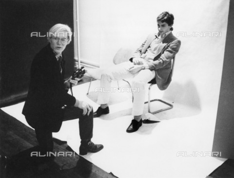 "ULL-S-000262-4938 - Andy Warhol portrayed with Hubertus von Hohenlohe in his studio ""The Factory"" - Data dello scatto: 20/03/1978 - A. Schorr / Ullstein Bild / Alinari Archives"