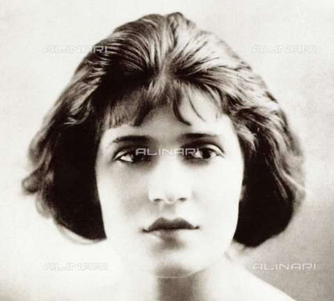 ULL-S-000267-2677 - Publicity portrait of the actress Tina Modotti in Hollywood - Data dello scatto: 1920 - LEONE / Ullstein Bild / Alinari Archives