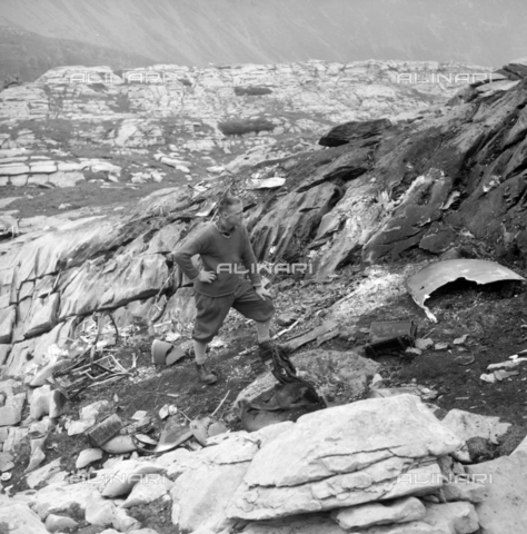 ULL-S-000713-7781 - Remains of a plane crash on the Gemmi Pass in Kandersteg - Data dello scatto: 22/07/1961 - RDB / Ullstein Bild / Alinari Archives