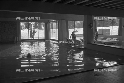 ULL-S-000718-8299 - The swimming pool of the Hotel Palace in Gstaad - Data dello scatto: 29/01/1971 - RDB / Ullstein Bild / Alinari Archives