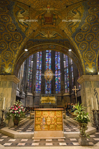 ULL-S-000721-7506 - The high altar with the gold antependium inside the Aachen Cathedral - joko / Ullstein Bild / Alinari Archives