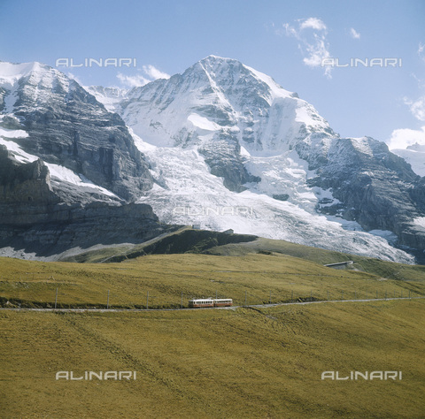 ULL-S-000729-7935 - Railway in front of the Jungfrau mountain - Data dello scatto: 01/06/1960 - RDB / Ullstein Bild / Alinari Archives