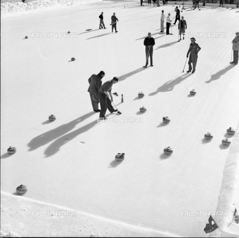 ULL-S-000752-6154 - Tourists playing curling in St. Moritz - Data dello scatto: 01/01/1957 - RDB / Ullstein Bild / Alinari Archives