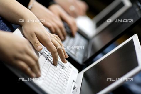 ULL-S-009004-8687 - Giovani al computer portatile (laptop) - Data dello scatto: 10 Gennaio 2008 - Photothek / Ullstein Bild / Archivi Alinari
