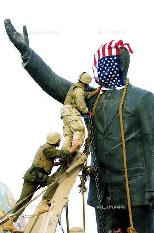 ULL-S-100336-2198 - American soldiers prepare the operation for the destruction of the statue of Saddam in Al-Ferdous Square in Baghdad - Data dello scatto: 09/04/2003 - Markus Matzel / Ullstein Bild / Alinari Archives