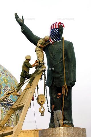 ULL-S-100336-7637 - American soldiers prepare the operation for the destruction of the statue of Saddam in Al-Ferdous Square in Baghdad - Data dello scatto: 09/04/2003 - Markus Matzel / Ullstein Bild / Alinari Archives