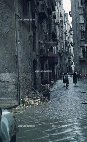 ULL-S-100379-6953 - A road in the ancient part of Naples - Data dello scatto: 30/11/1957 - Leber / Ullstein Bild / Alinari Archives