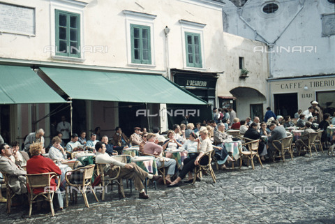 ULL-S-100379-7839 - Clients sitting at coffee tables in a street in Capri - Data dello scatto: 01/08/1958 - Leber / Ullstein Bild / Alinari Archives