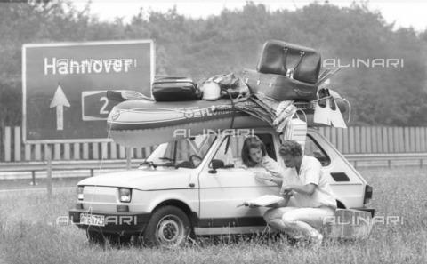 ULL-S-100590-9693 - Car loads of luggage during the summer season - Data dello scatto: 15/07/1987 - Teutopress / Ullstein Bild / Alinari Archives