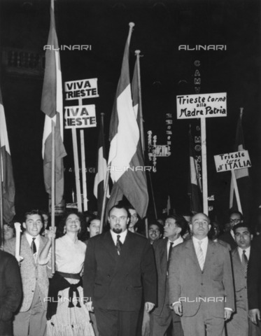 "ULL-S-100857-7801 - Conflict of Trieste - Free Territory of Trieste (TLT): Italian citizens celebrating in Trieste with flags and posters after the ""Memorandum of London"" which handed over the provisional civil administration of Zone A in Italy and Zone B in Yugoslavia - Data dello scatto: 08/10/1954 - dpa / Ullstein Bild / Alinari Archives"