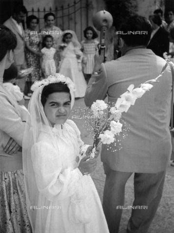 ULL-S-100884-3700 - Little girl and photographer during the Pentecost procession in Sorrento - Data dello scatto: 1969 - Comotio / Ullstein Bild / Alinari Archives