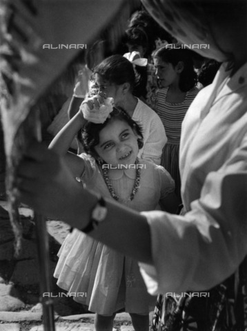 ULL-S-100884-3701 - Little girl during the Pentecost procession in Sorrento - Data dello scatto: 1969 - Comotio / Ullstein Bild / Alinari Archives
