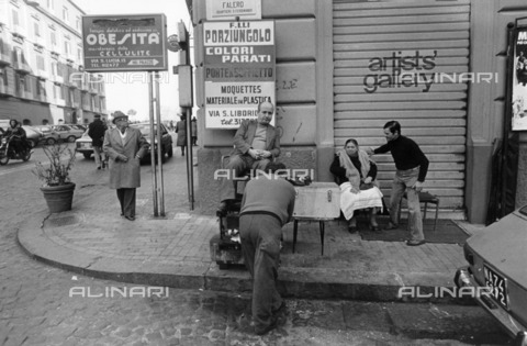 ULL-S-100944-2940 - Shoe shine at work in Falero Street, San Ferdinando district, Naples - Data dello scatto: 1980-1985 - Calle Hesslefors / Ullstein Bild / Alinari Archives