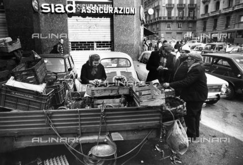 ULL-S-100944-2960 - Fruit and vegetable seller on a street in Naples - Data dello scatto: 1980-1985 - Calle Hesslefors / Ullstein Bild / Alinari Archives