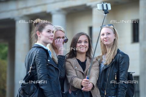ULL-S-101045-6275 - Group of tourists taking a selfie at Pariser Platz in Berlin - Data dello scatto: 07/09/2015 - CARO / Christoph Eckelt / Ullstein Bild / Alinari Archives