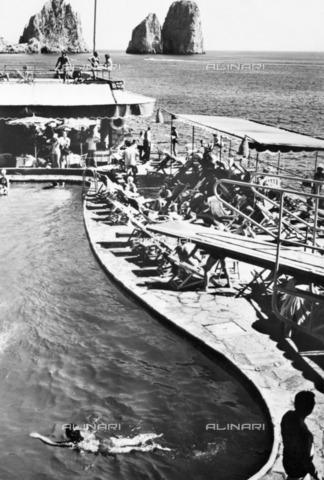 ULL-S-101094-0518 - Swimming pool in the Tyrrhenian Sea in Capri - Data dello scatto: 1967-1968 - Ullstein Bild / Alinari Archives