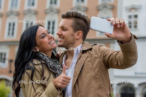 ULL-S-101179-5063 - Young couple clicks a selfie - Data dello scatto: 20/10/2014 - Wodicka / Ullstein Bild / Alinari Archives
