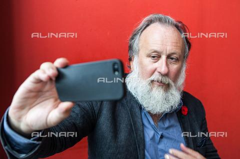 ULL-S-101184-1804 - The musician, actor and German Friedrich Liechtenstein presenter you take a selfie - Data dello scatto: 30/09/2014 - Thielker / Ullstein Bild / Alinari Archives