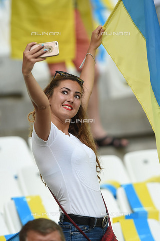 ULL-S-101200-0245 - 2016 European Football in France: young girl shooting a selfie at the stadium during the match between Ukraine and Poland in Marseille - Data dello scatto: 21/06/2012 - Sven Simon / Ullstein Bild / Alinari Archives