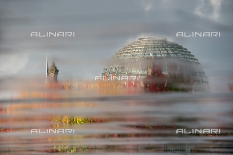 ULL-S-101339-1700 - The dome of the Reichstag building in Berlin photographed through a tarnished glass - Data dello scatto: 2016 - Sven Simon / Ullstein Bild / Alinari Archives