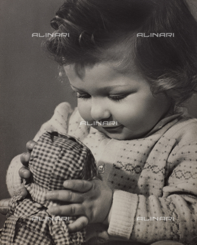 VAA-F-000033-0000 - Portrait of little girl with doll