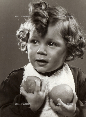 VAA-F-000222-0000 - Photo of a little girl holding two oranges in her hands