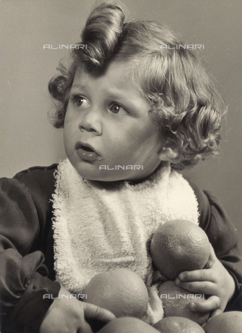 VAA-F-000225-0000 - Photo of a little girl with an orange