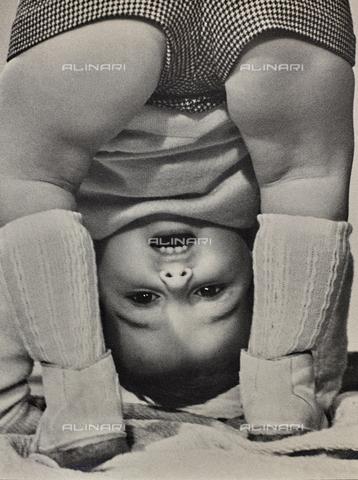VAA-F-000241-0000 - Un bambino che gioca piegandosi su se stesso - Data dello scatto: 1960 ca. - Archivi Alinari, Firenze
