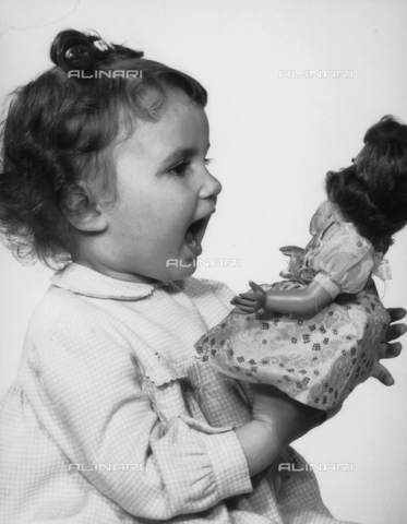 VAA-F-000738-0000 - Little girl playing with a doll