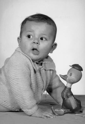 VAA-F-000739-0000 - Bambino che gioca con un giocattolo