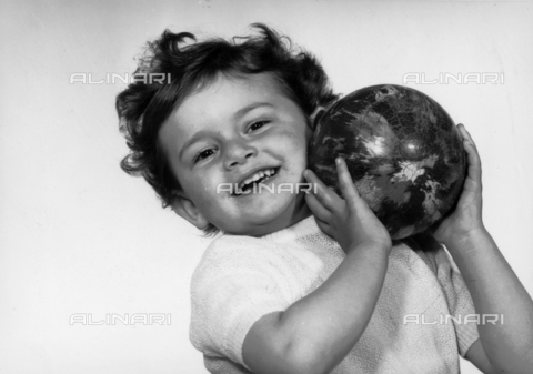 VAA-F-000741-0000 - Little girl playing with a ball