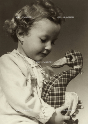 VAA-F-000791-0000 - Portrait of little girl with a toy