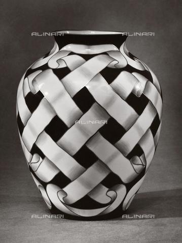 VAA-F-001144-0000 - Decorated vase, Porcelain Museum in Doccia, Sesto Fiorentino