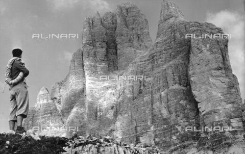 VAA-F-001763-0000 - Mountain climber photographer in front of the three peaks of Lavaredo, Auronzo di Cadore, Belluno