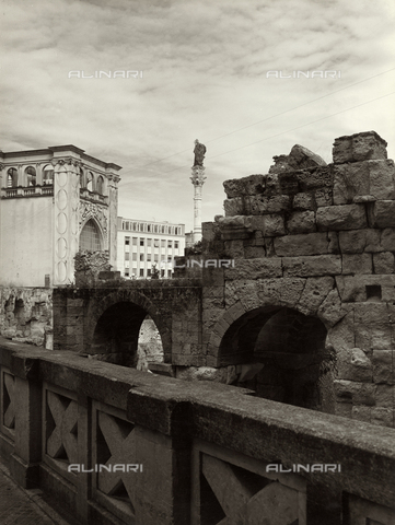 VAA-F-002149-0000 - Roman amphitheater with the Palazzo del Sedile and the column with the statue of Sant'Oronzo, Lecce - Date of photography: 1955-1960 - Fratelli Alinari Museum Collections-Villani Archive, Florence