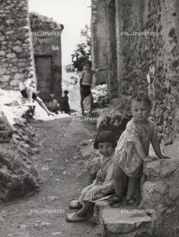 VAA-F-002300-0000 - Country road with children