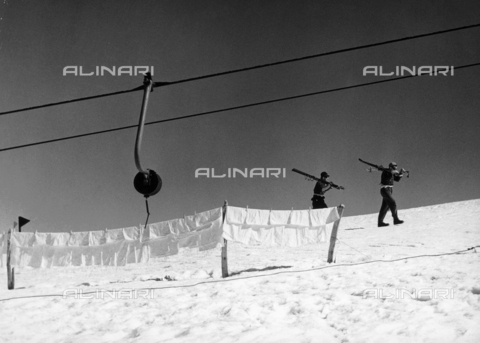 VAA-F-002386-0000 - Clothes hanging on the snow and men on foot