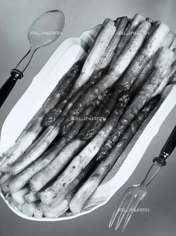 VAA-F-002479-0000 - Vassoio in porcellana bianca con asparagi cotti. Ai lati un forchetta e un cucchiaio prodotti con materiale trasparente. - Data dello scatto: 1970 - 1980 - Archivi Alinari, Firenze