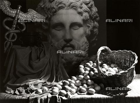 VAA-F-002498-0000 - Natura morta di limoni e mortaio; sullo sfondo testa di Esculapio con il suo simbolo, il caduceo, bastone alato con serpenti - Data dello scatto: 1950-1960 ca. - Archivi Alinari, Firenze