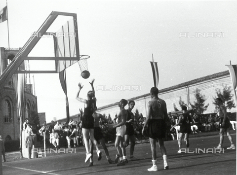 VAA-F-003034-0000 - Spectators watch a basketball player take a shot during a game.