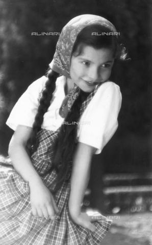 VAA-F-003304-0000 - Portrait of little girl