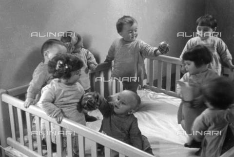 VAA-F-003320-0000 - Gruppo di bambini che giocano