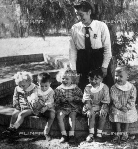 VAA-F-003324-0000 - Gruppo di bambini con un'istitutrice