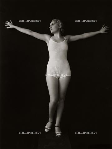 VAA-F-003790-0000 - Modella in costume da bagno - Data dello scatto: 1940-1950 - Archivi Alinari, Firenze
